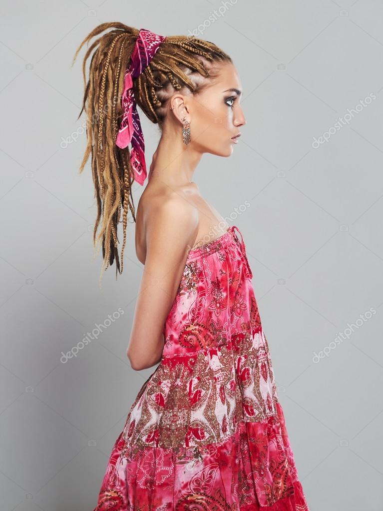 hermosa chica con rastas bastante joven mujer con peinado de trenzas africanas u foto de