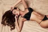 sexy žena v posteli. Kočka s dokonalé štíhlé tělo