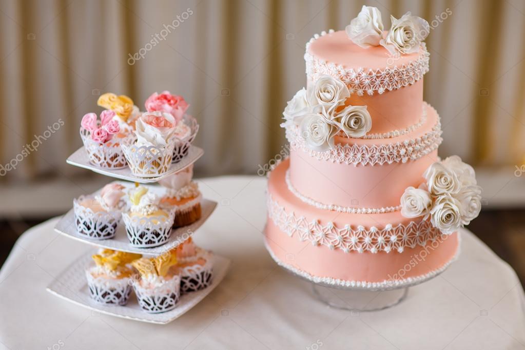 egyedi esküvői torta Egyedi esküvői dekoráció, esküvői torta cupcakes — Stock Fotó  egyedi esküvői torta