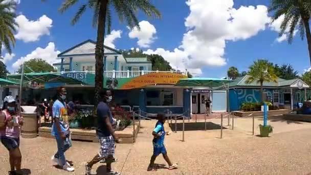 Orlando, Florida . 8. srpna. 2021. Pěšky v blízkosti hlavního vchodu do moře (12)