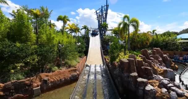 Orlando, Florida. 25. srpna2021. Lidé užívající nekonečné vodopády na mořském světě (33)
