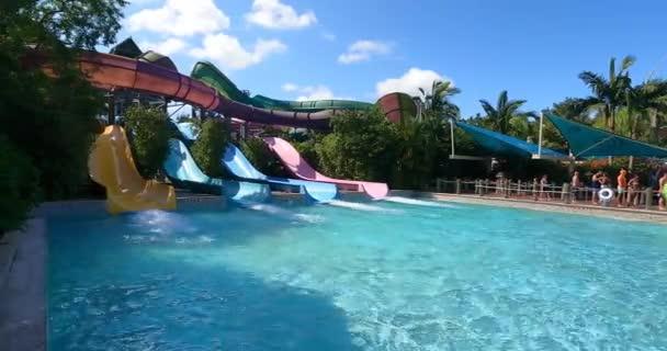 Orlando, Florida. 31. srpna2021. Lidé se baví Omaka Rocka v Aquatica (5
