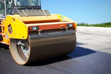 Asphalt roller puts a new road