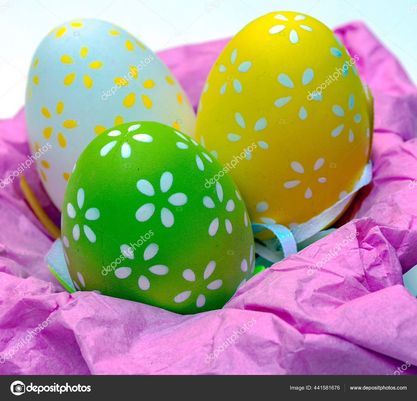Telur Paskah Dikelilingi Oleh Latar Belakang Putih Stok Foto C Grantotufo 441581676