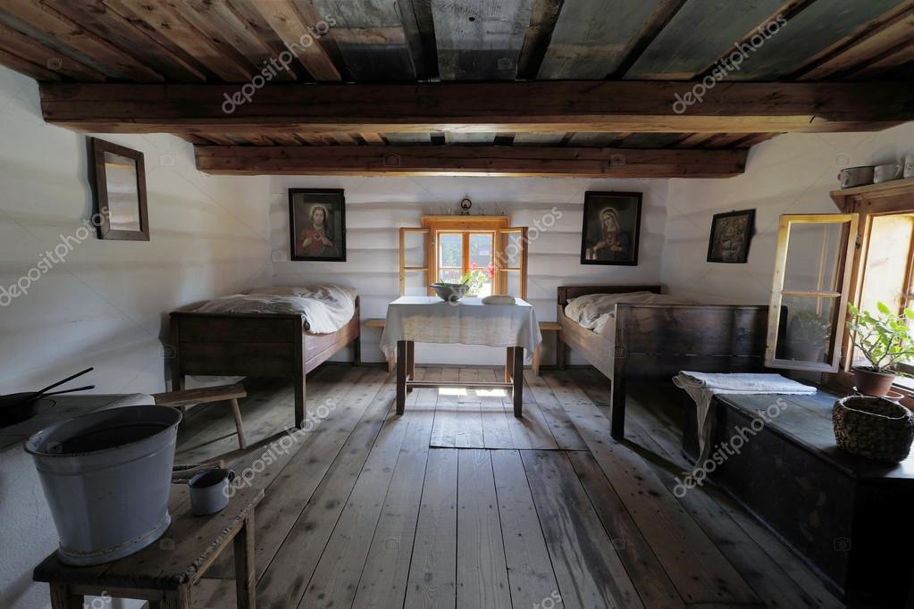 Oude houten huis interieur u stockfoto lukasok