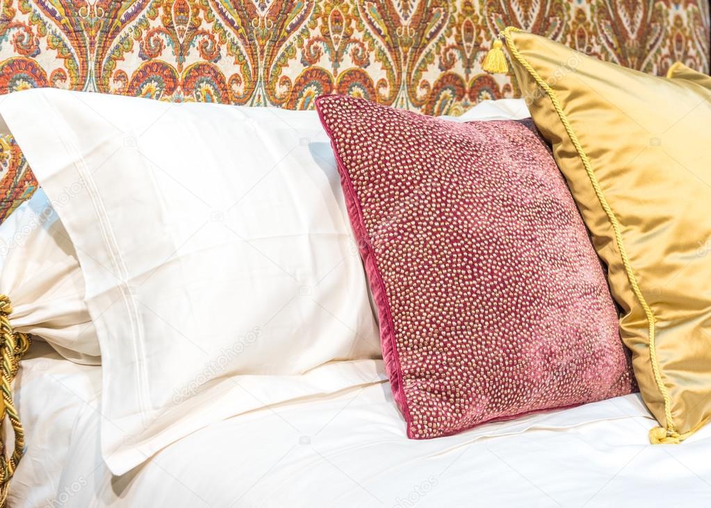 Cojines de lujo en la cama — Foto de stock © essentialimagem #89962524