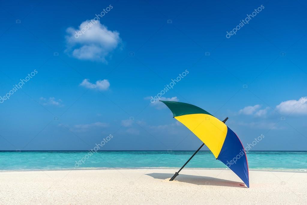 Sombrilla De Playa En Un Día Soleado, Mar De Fondo