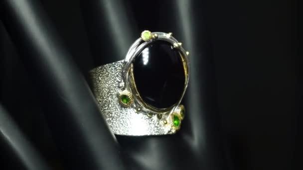 stříbrný prsten s přírodním spinelem a chromovou diopsidou na ruce