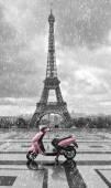 Fotografie Eiffelova věž v dešti s růžovými skútr z Paříže. černá a w