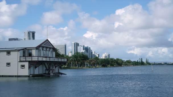 Nábřeží dům u řeky