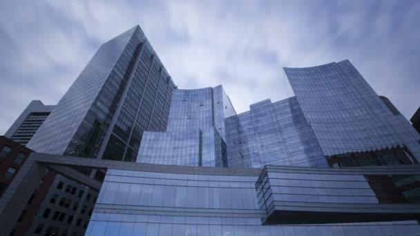 Modré Skleněné mrakodrapy s mraky kolem