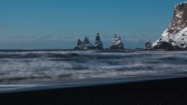 příliv útesy na jižním pobřeží Islandu