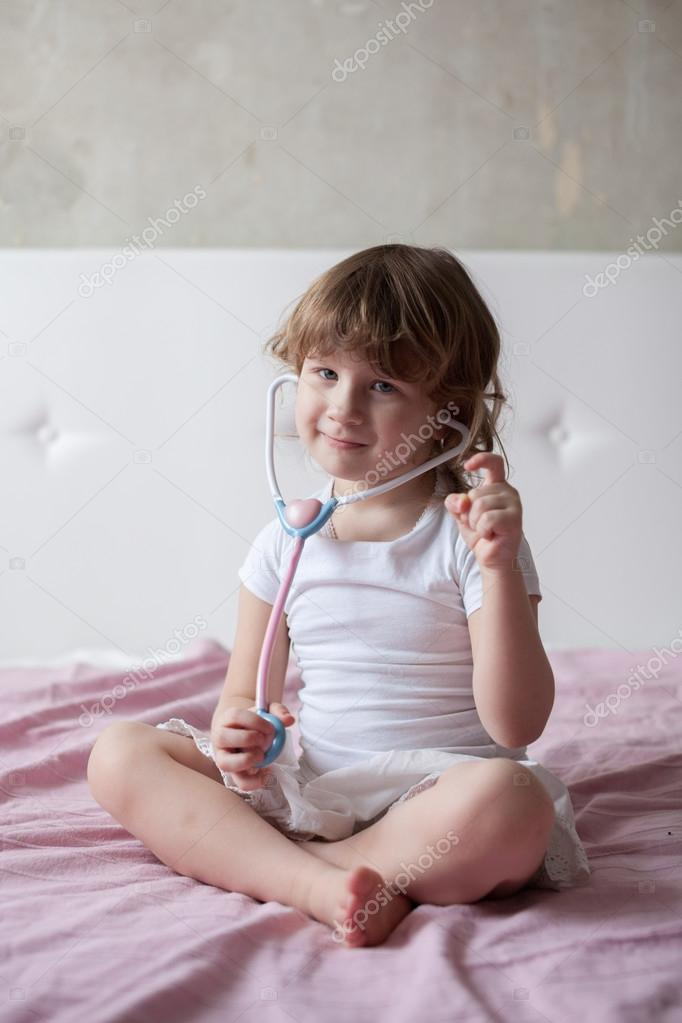 Bettdas Mit Mädchen Arzt Spielen Auf Kleine Dem 0m8nwvno