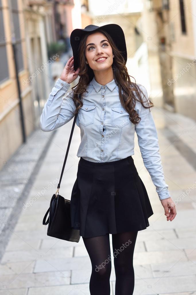 40b683ff8cfb8 Mujer en fondo urbano ropa casual — Fotos de Stock © javiindy  84139388