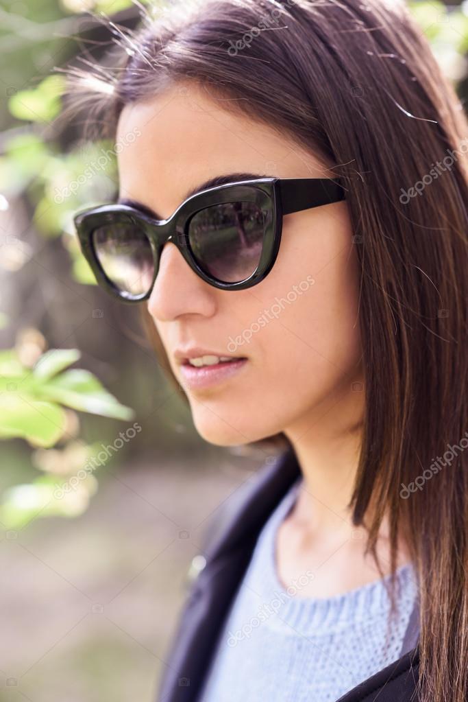 6b8069798c Giovane donna con occhiali da sole — Foto Stock © javiindy #94549846