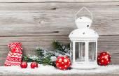 Vánoční dekorace nad sníh, dřevěné pozadí