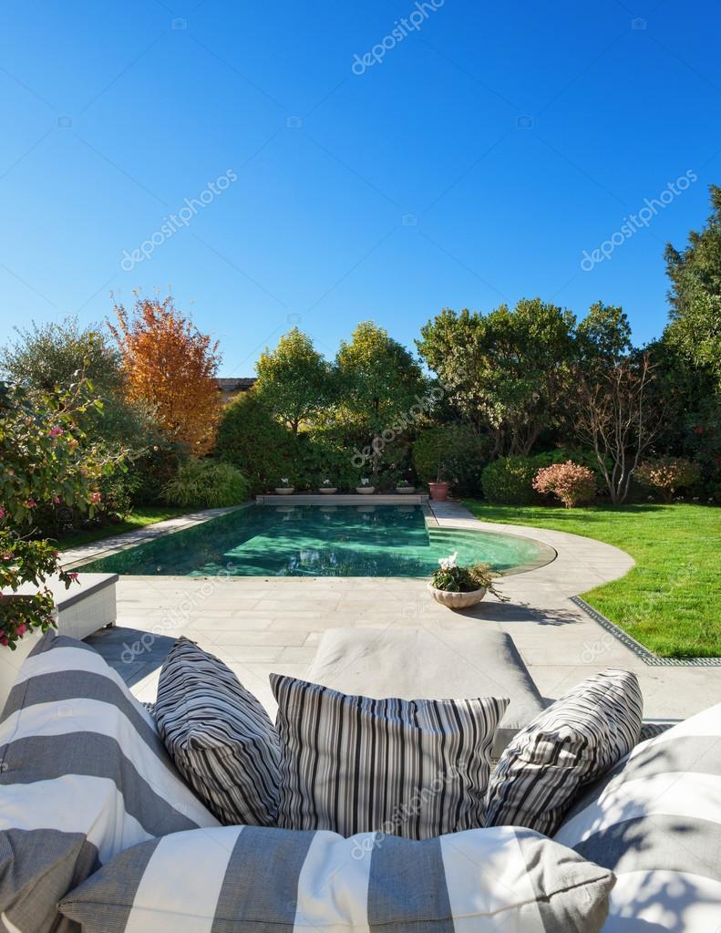 schöner Garten mit pool — Stockfoto © Zveiger #100692186