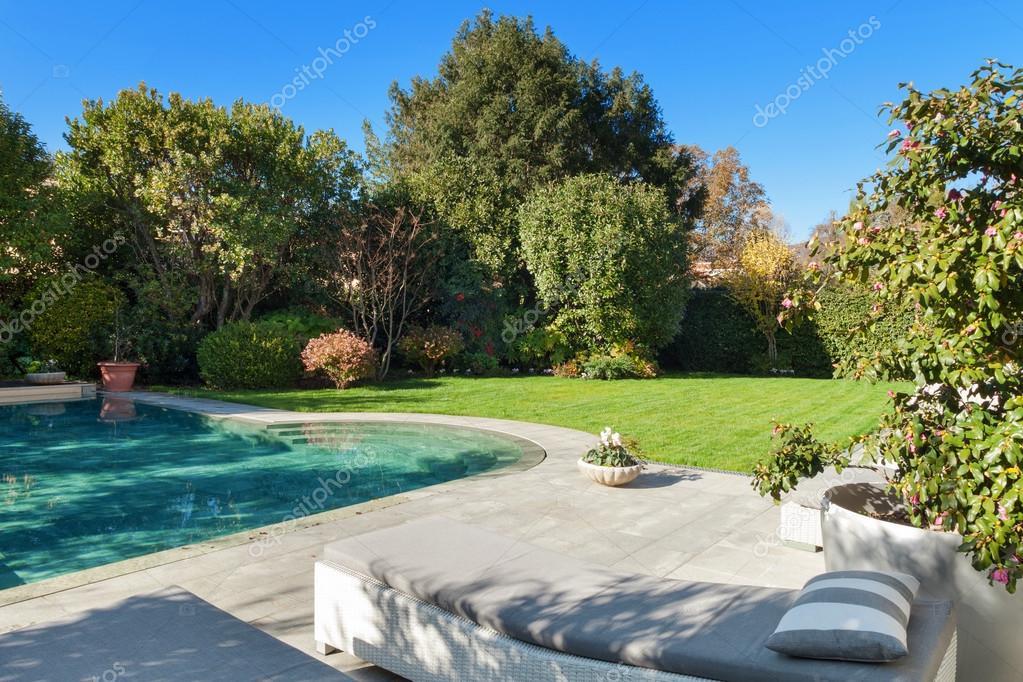 Außen, Garten mit pool — Stockfoto © Zveiger #100692328