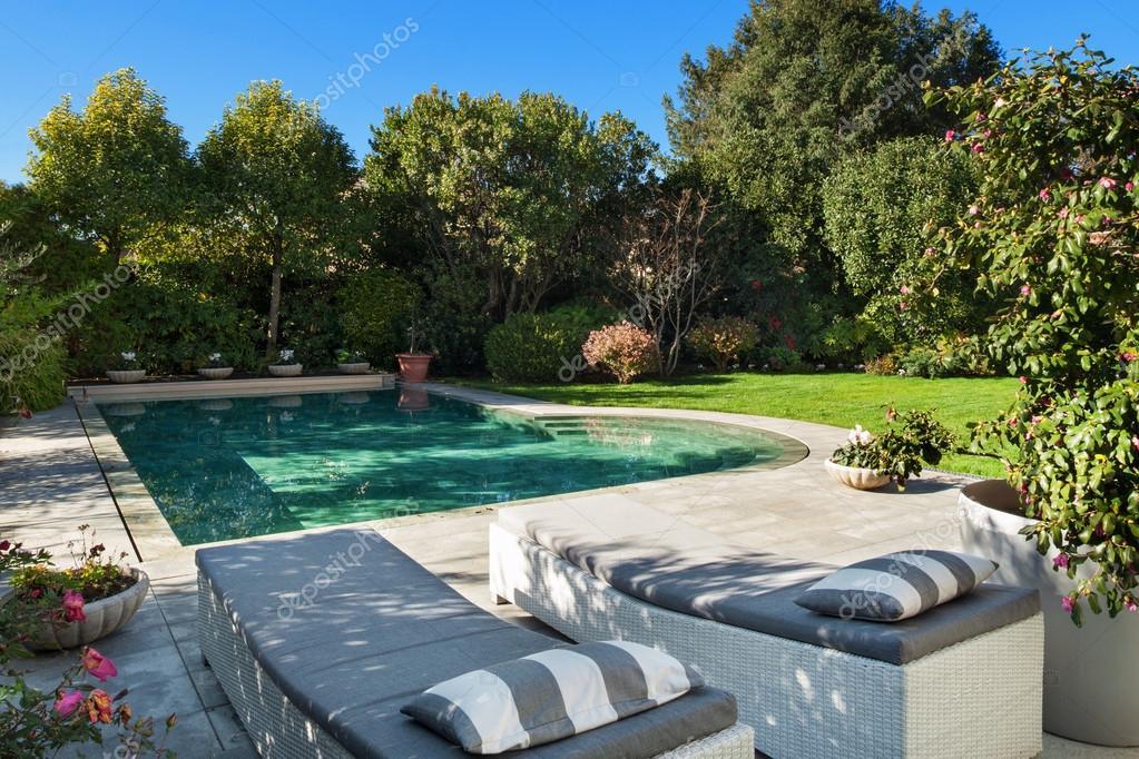 Außen, Garten mit pool — Stockfoto © Zveiger #100692594