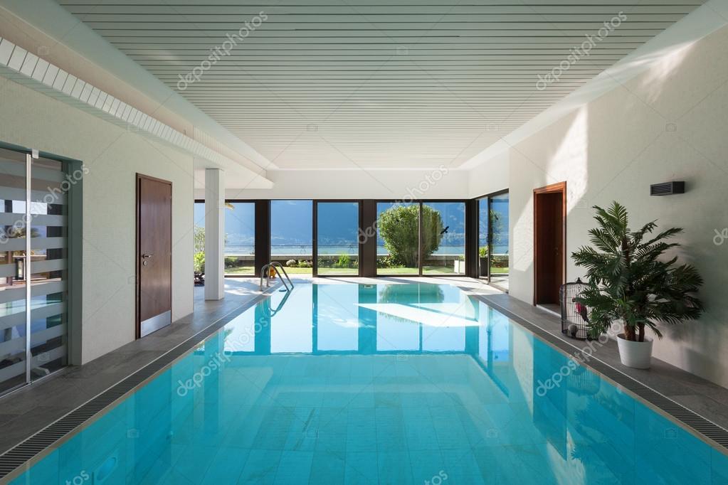 Zwembad In Huis : Huis overdekt zwembad u stockfoto zveiger