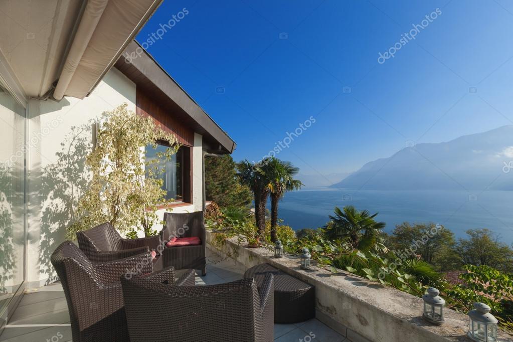 Veranda di una casa di montagna foto stock zveiger for Immagini di case di montagna