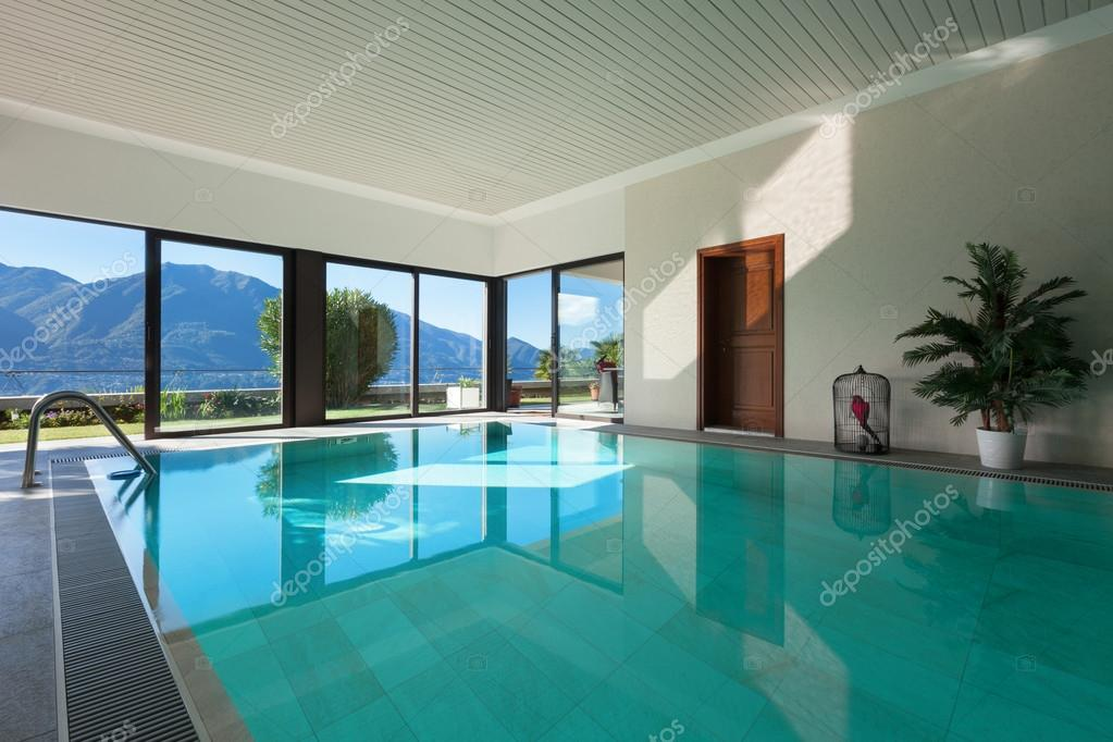 Casa piscina coperta foto stock zveiger 101903972 for Grandi piani di casa con piscina coperta