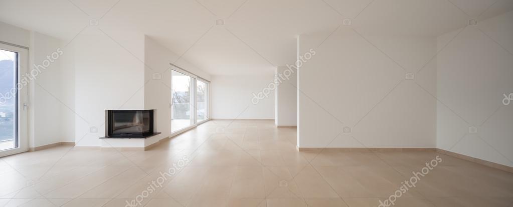 interieur van nieuw appartement, lege woonkamer, plavuizen vloer ...