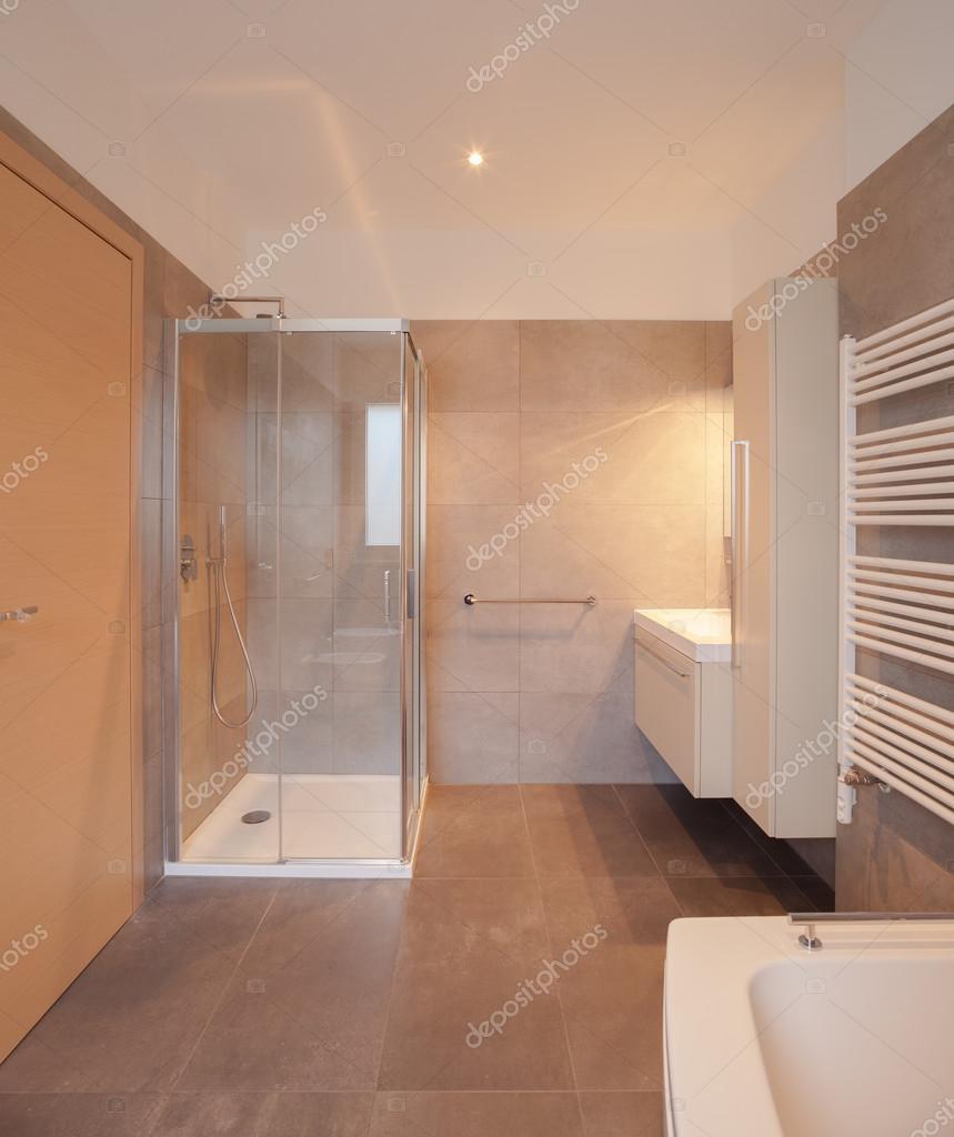 Interior do apartamento ampla casa de banho ch o de for Casa de azulejos cordoba