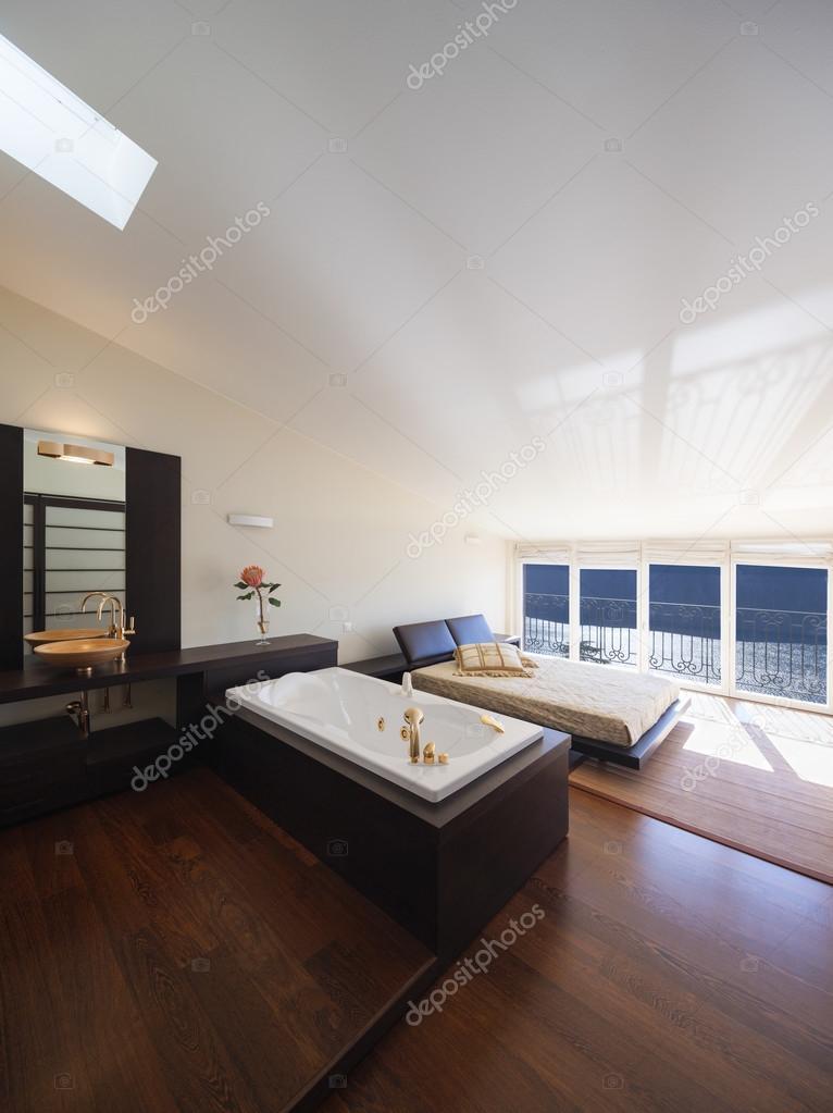 Arredato casa di design, camera da letto con vasca da bagno ...