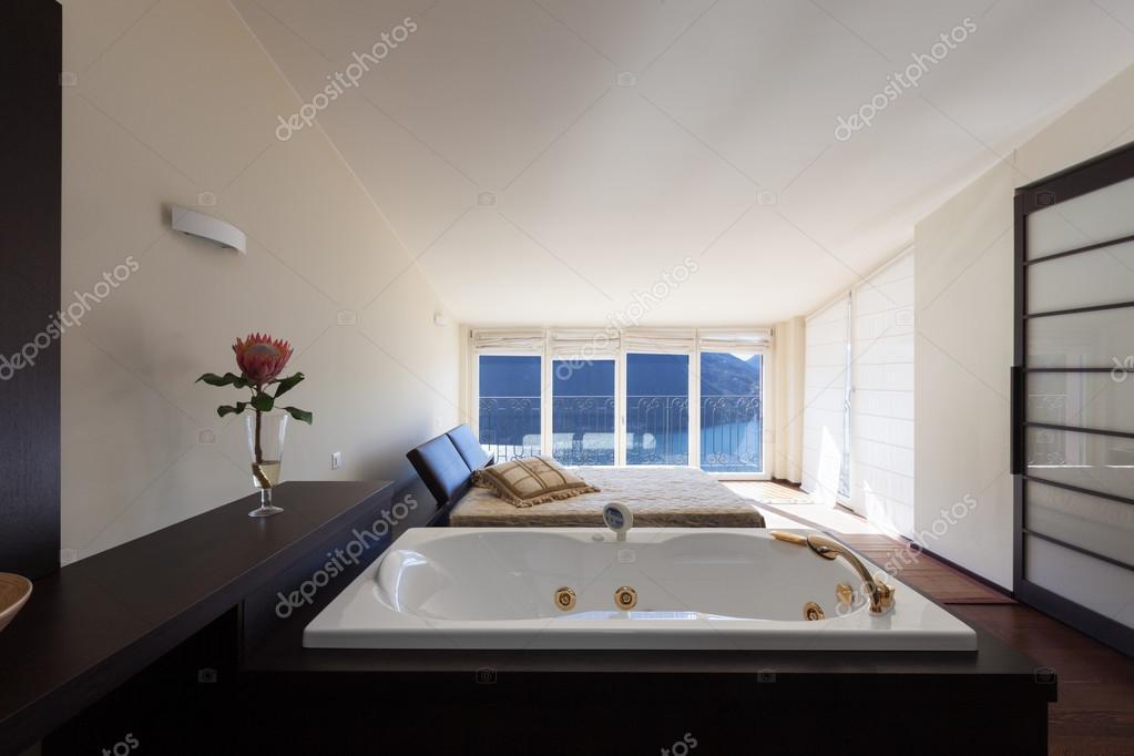 Arredato casa di design camera da letto con vasca da bagno foto stock zveiger 102828334 - Vasca da bagno in camera ...