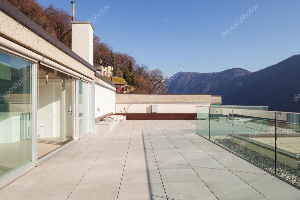 Moderne huis veranda u stockfoto zveiger