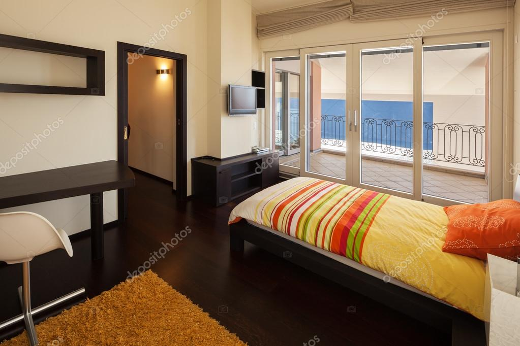 Arredato casa di design, camera da letto con vista lago — Foto Stock ...