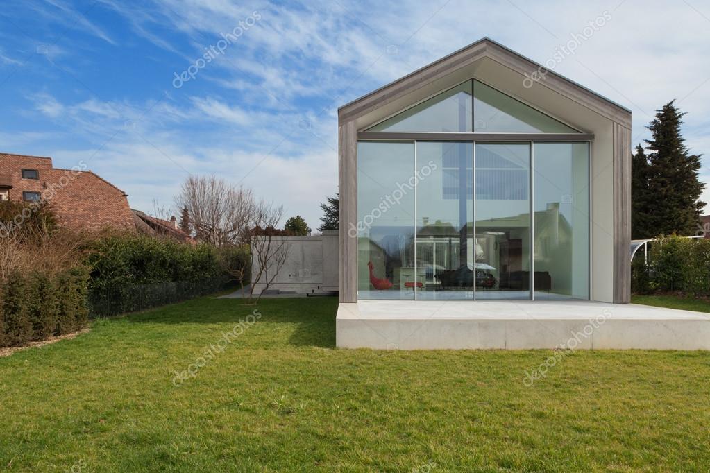 Extérieur Du0027une Maison Moderne, Vue Depuis La Pelouse U2014 Image De ...