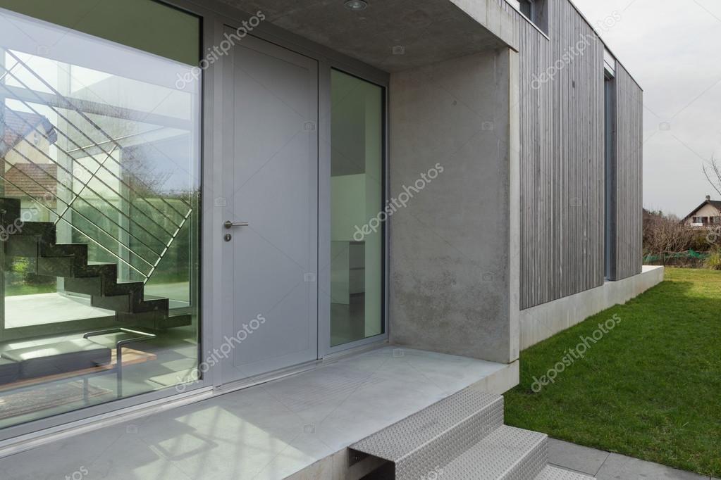Ingresso di una casa moderna foto stock zveiger 107909396 for Idee ingresso casa moderna