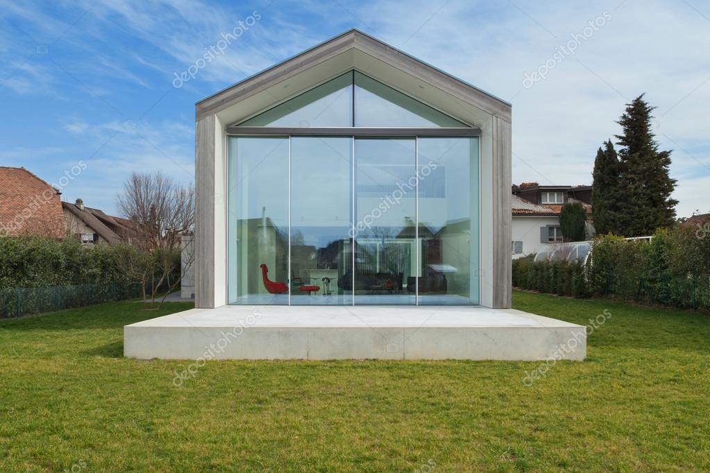 Buitenkant van een modern huis u2014 stockfoto © zveiger #107909476