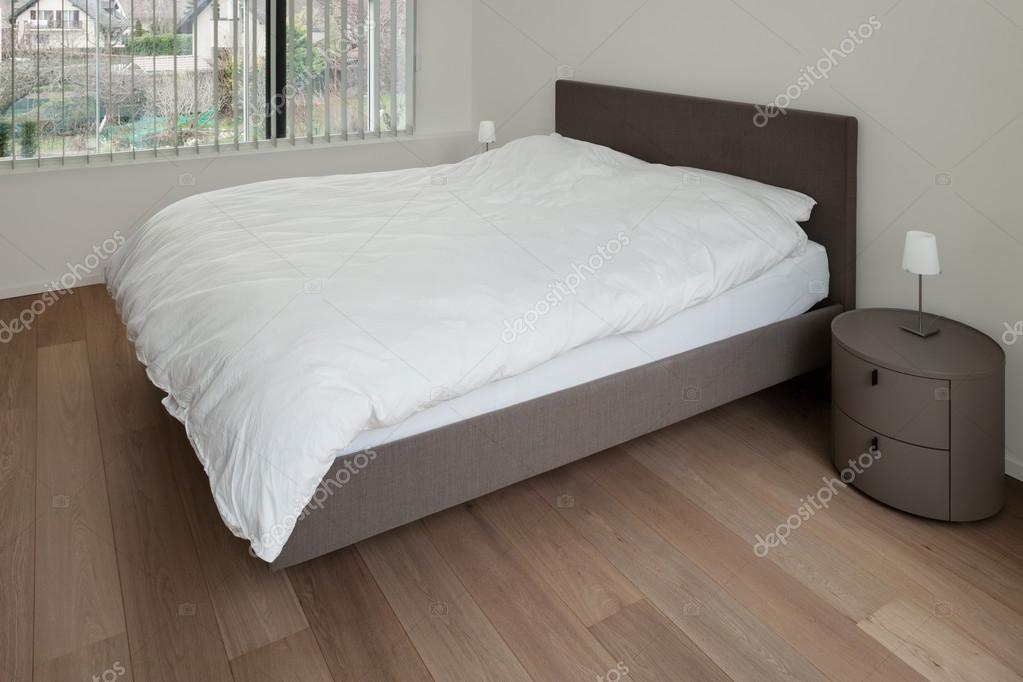 camera da letto con pavimento in parquet — Foto Stock © Zveiger ...