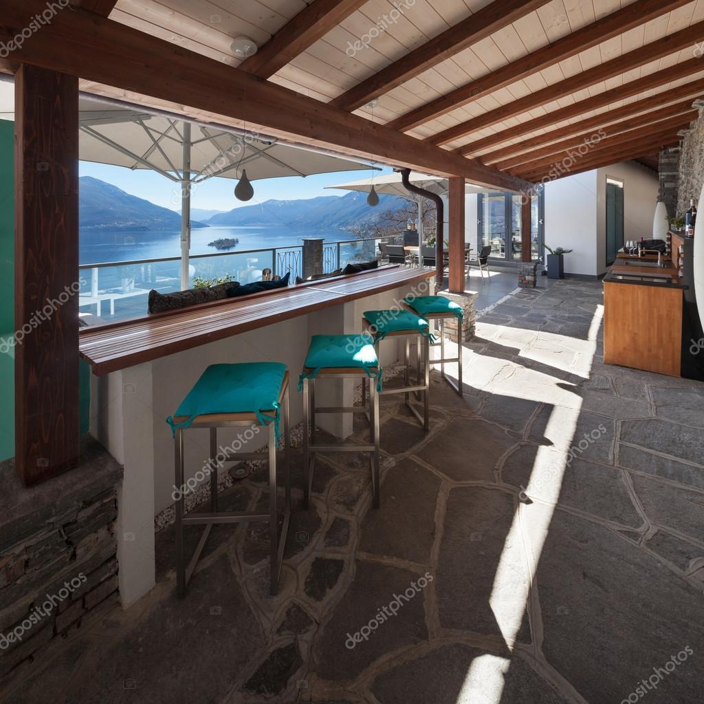 Veranda di una casa di lusso foto stock zveiger 108368064 for Immagini di case di lusso