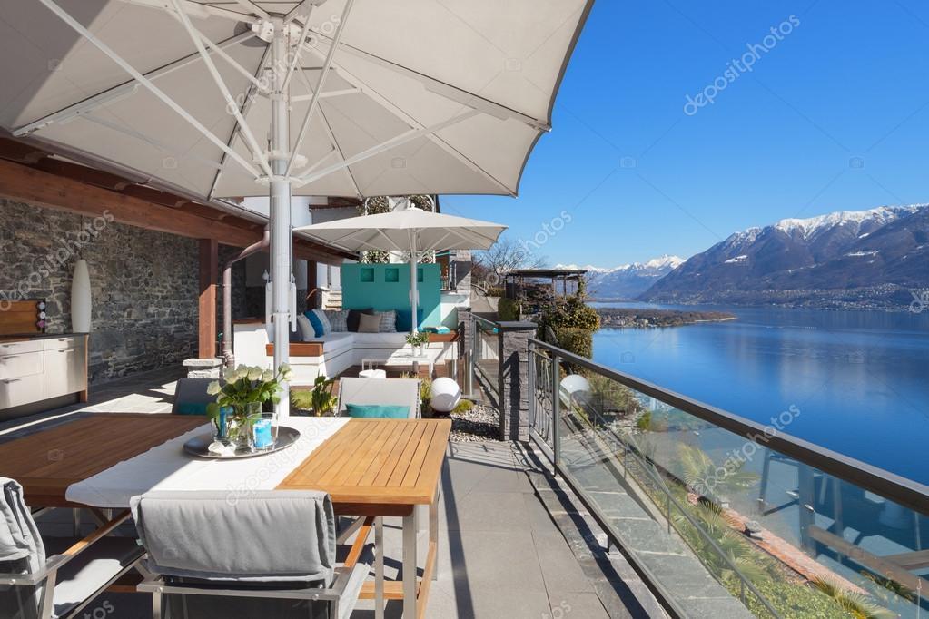 Terrazza di una casa di lusso foto stock zveiger for Immagini di case di lusso