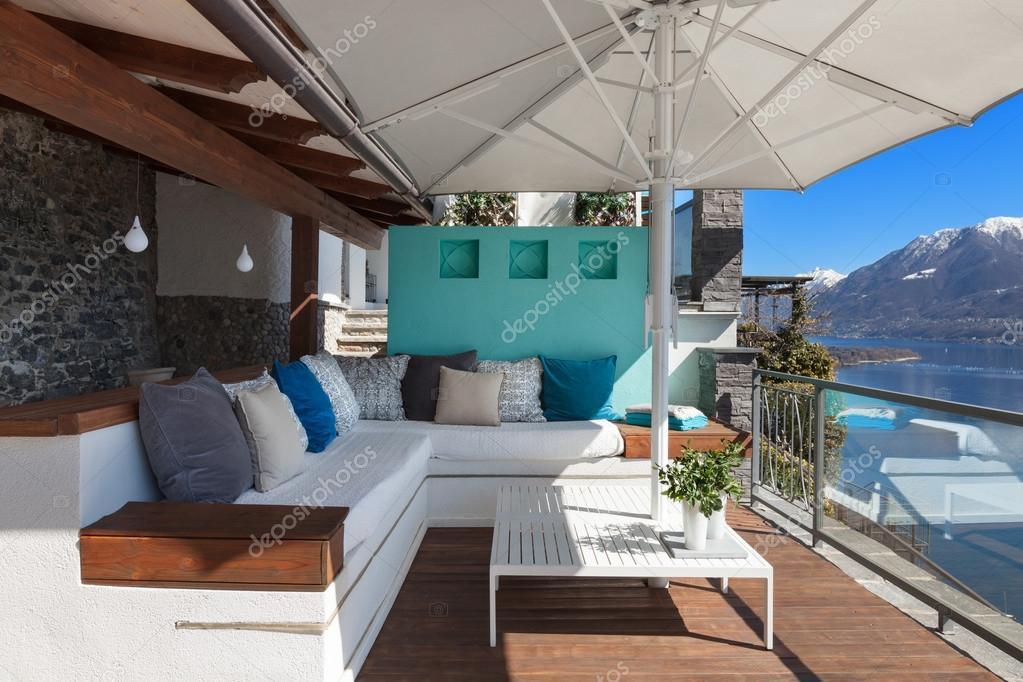 Terras lounge in een luxe huis u stockfoto zveiger