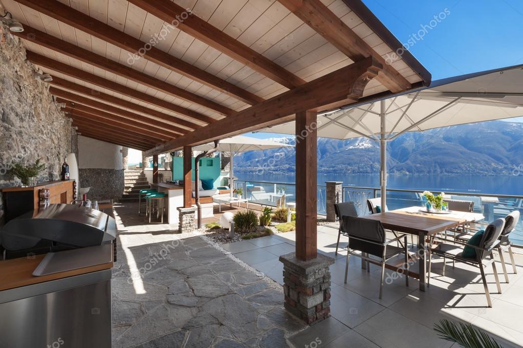 Terraza De Una Casa De Lujo Foto De Stock Zveiger 108369660