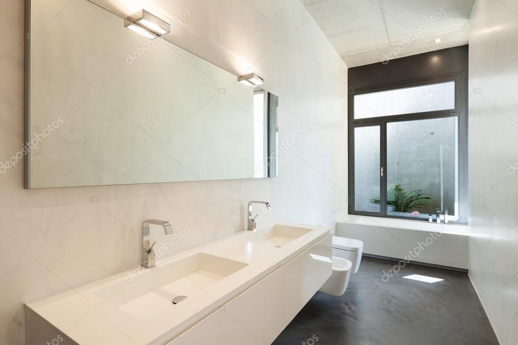 Nowoczesna łazienka Z Oknem Zdjęcie Stockowe Zveiger