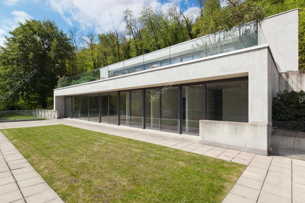 Maison moderne en béton — Photographie Zveiger © #110999072