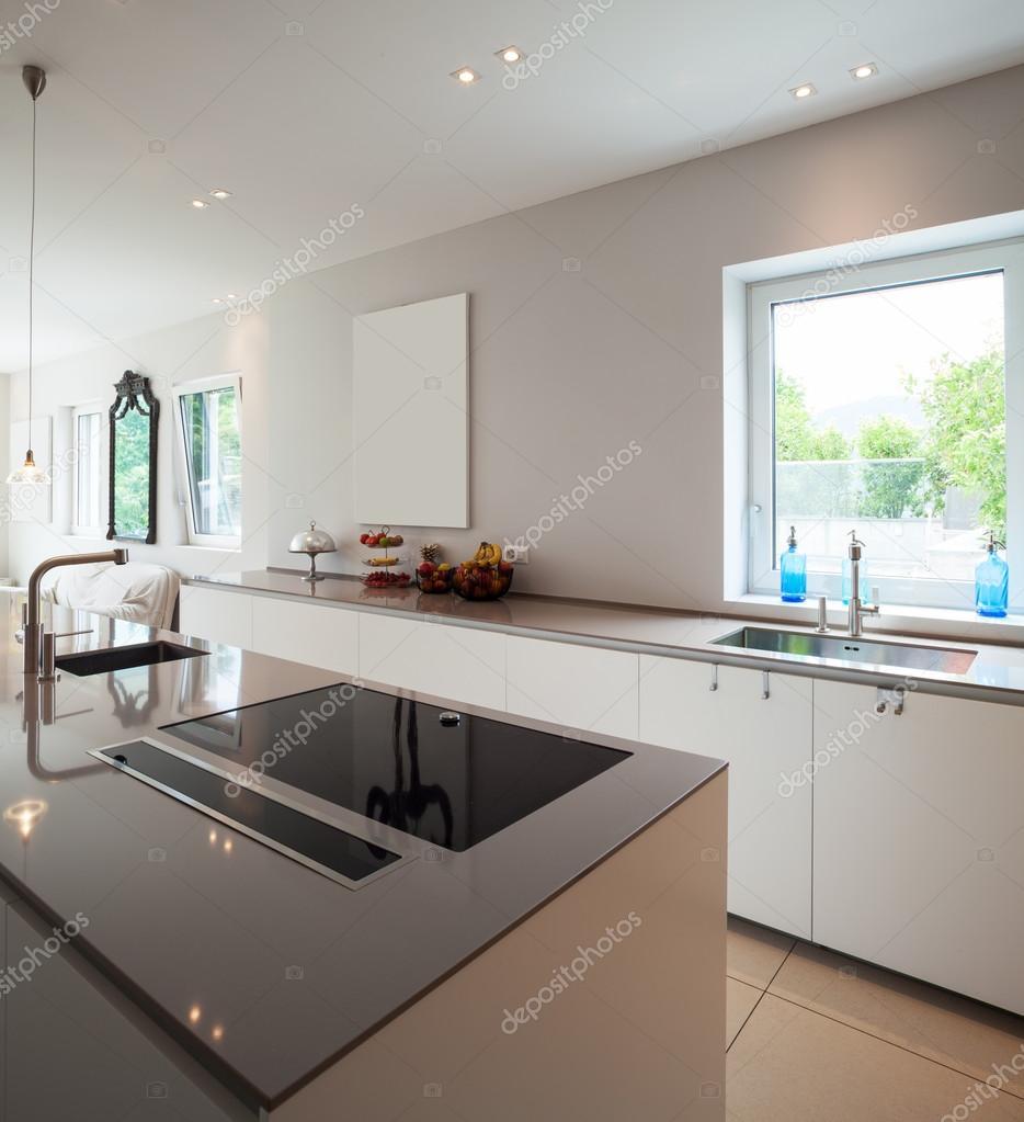 Modernes Haus, moderne Küche — Stockfoto © Zveiger #114348444