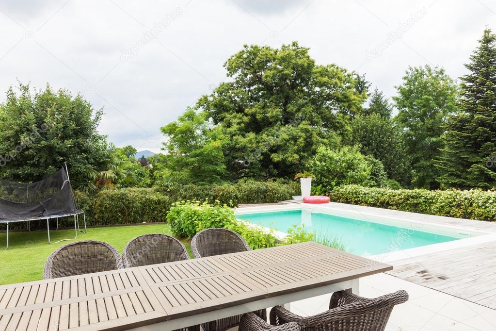 Modern huis veranda en het zwembad u stockfoto zveiger
