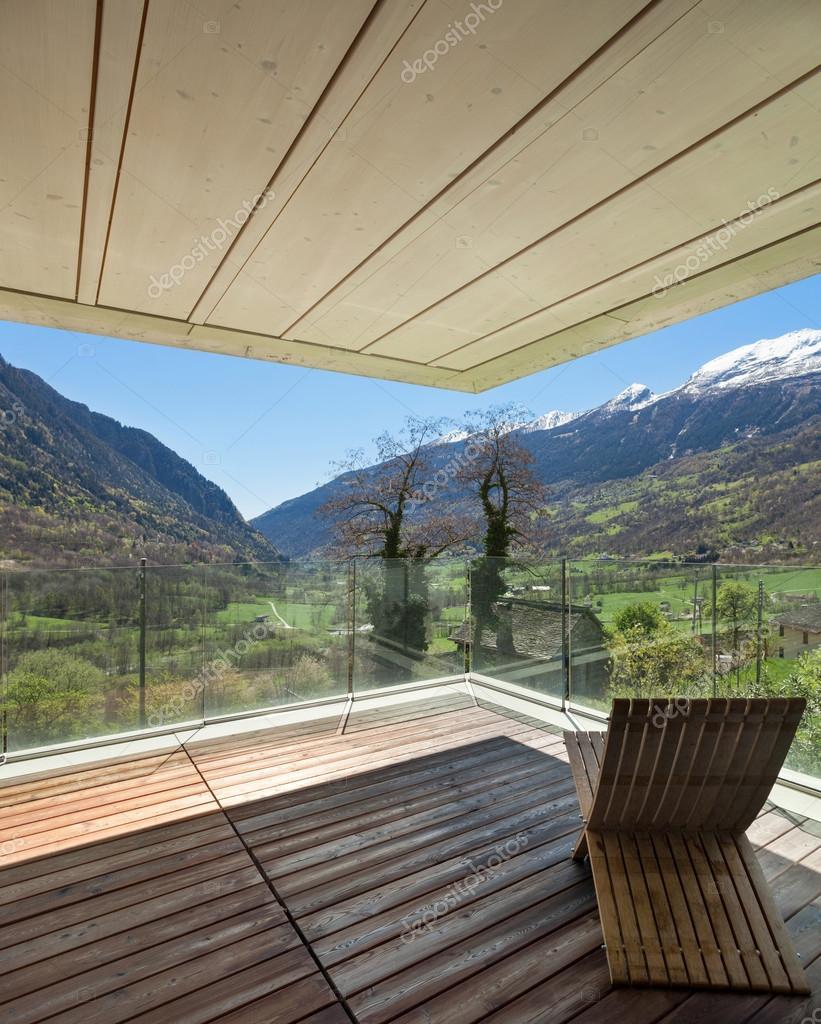 Terrazza di una casa moderna montagna foto stock for Casa moderna immagini