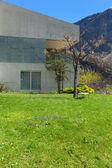 betonový dům se zahradou