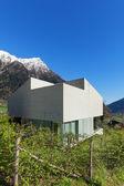 betonový dům, venku