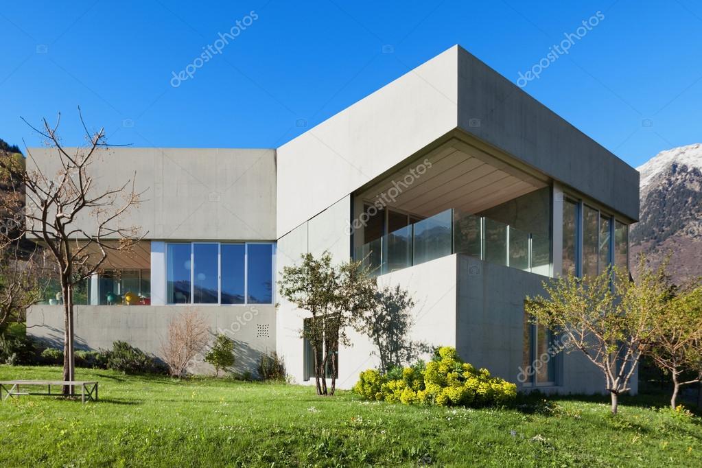Betonnen huis met tuin u stockfoto zveiger