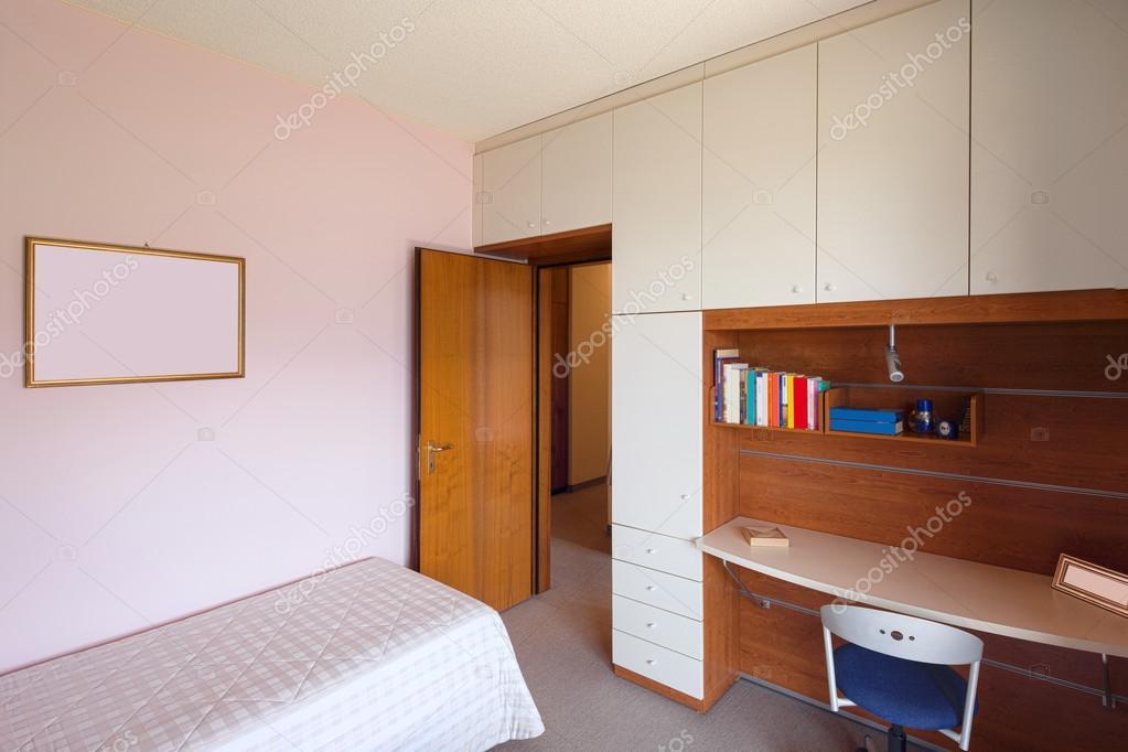 slaapkamer met eenpersoonsbed en Bureau — Stockfoto © Zveiger #115564424