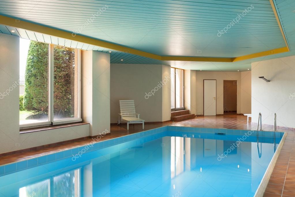 Zwembad In Huis : Overdekt zwembad van huis u2014 stockfoto © zveiger #115567494